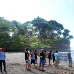 Petualangan Di Pantai Batu Hiu