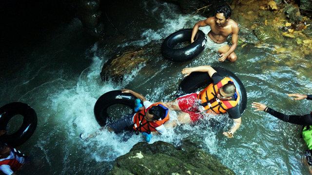 petualangan river tubing di santirah